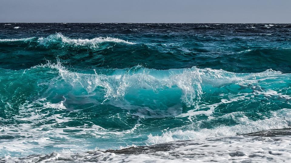 На море в Крыму погиб человек, четверых спасли