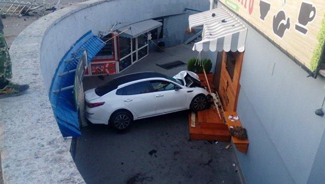 В Симферополе машина упала в подземный переход — погиб человек