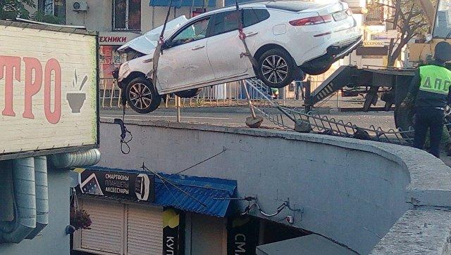 Подробности аварии, где автомобиль упал в подземный переход и погиб человек