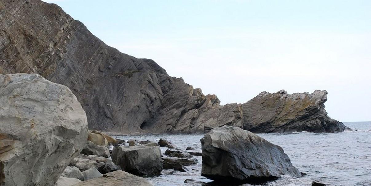 Под Судаком мужчина разбился насмерть после падения со скалы