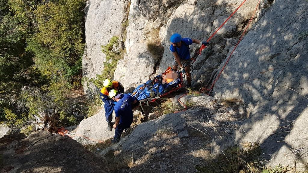 Многочисленные переломы: в Крыму мужчина упал в ущелье и провел в нем всю ночь