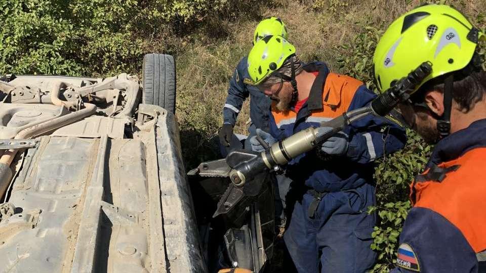 Автомобиль с женщиной и грудным ребёнком упал с обрыва в Крыму