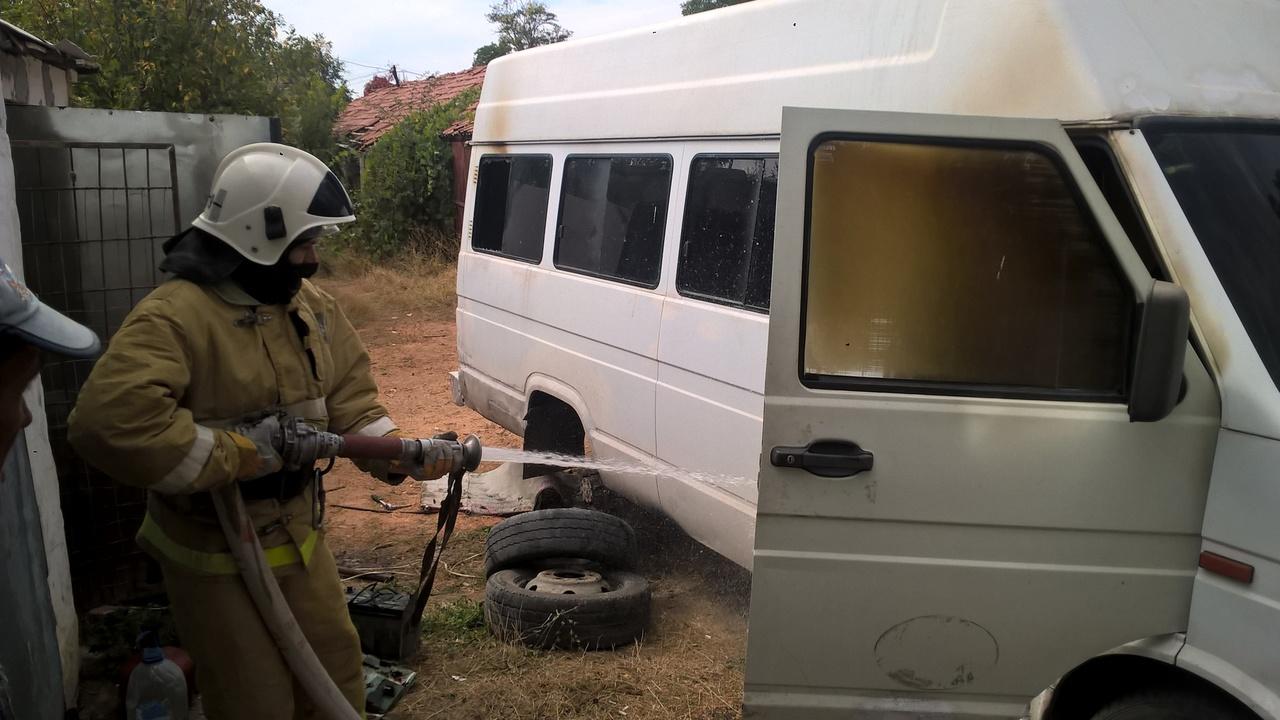В Крыму загорелся микроавтобус «Iveco»