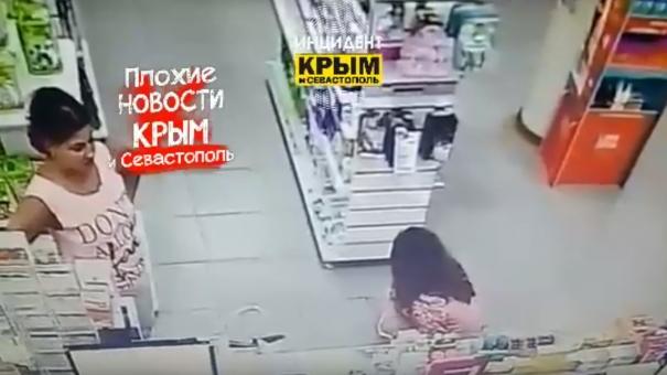 Соцсети: в Симферополе девушка справила нужду в зале аптеки