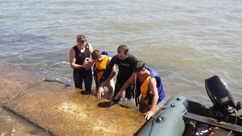 В районе судоходного канала в Керчи спасены два человека