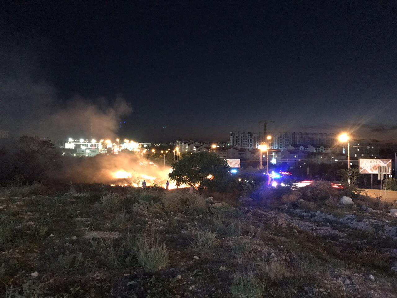 В Севастополе возле крупного торгового центра произошел пожар