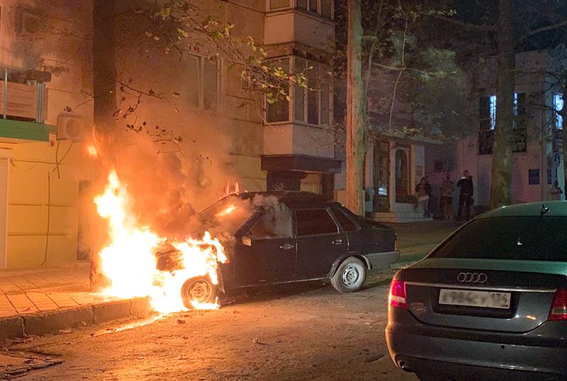 В центре Севастополе машина без водителя врезалась в дерево и сгорела дотла