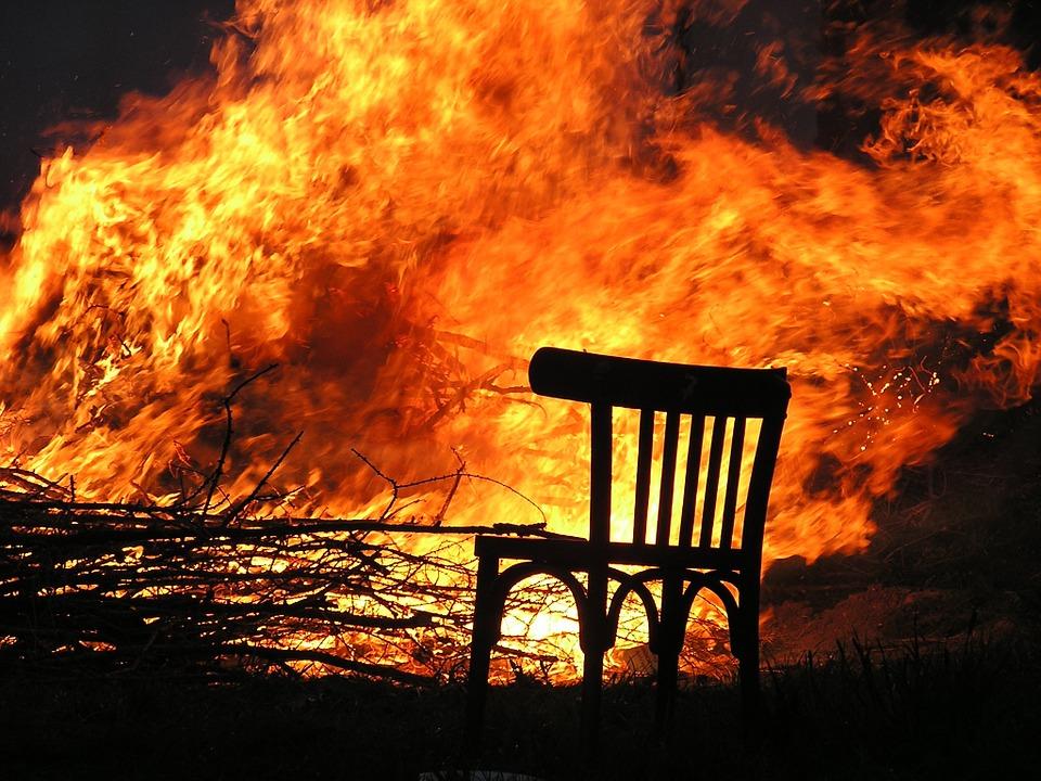 Пламя два метра в высоту: в Крыму из-за пожара на кладбище загорелся автосервис