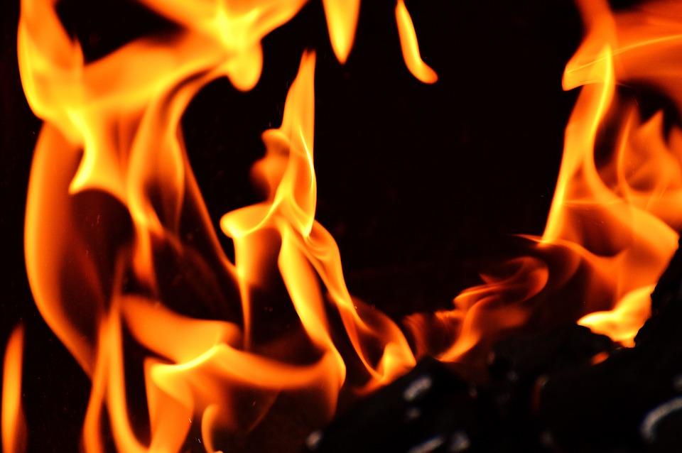 В Севастополе из горящей квартиры вынесли женщину