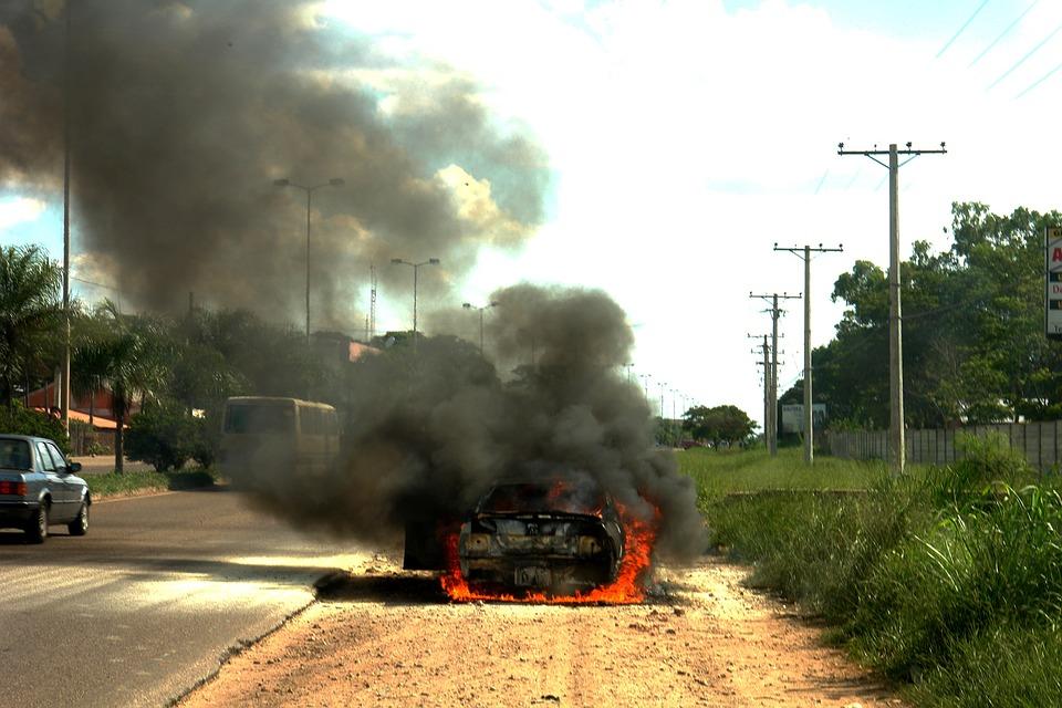В Симферополе два парня подожгли автомобиль своего знакомого, чтобы отомстить