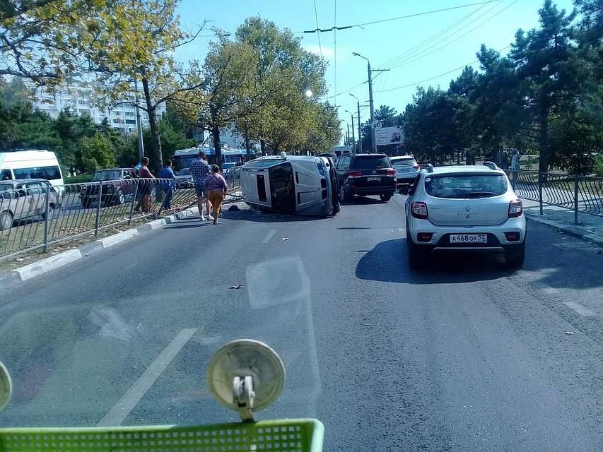В Севастополе BMW пытался обогнать маршрутку и перевернулся