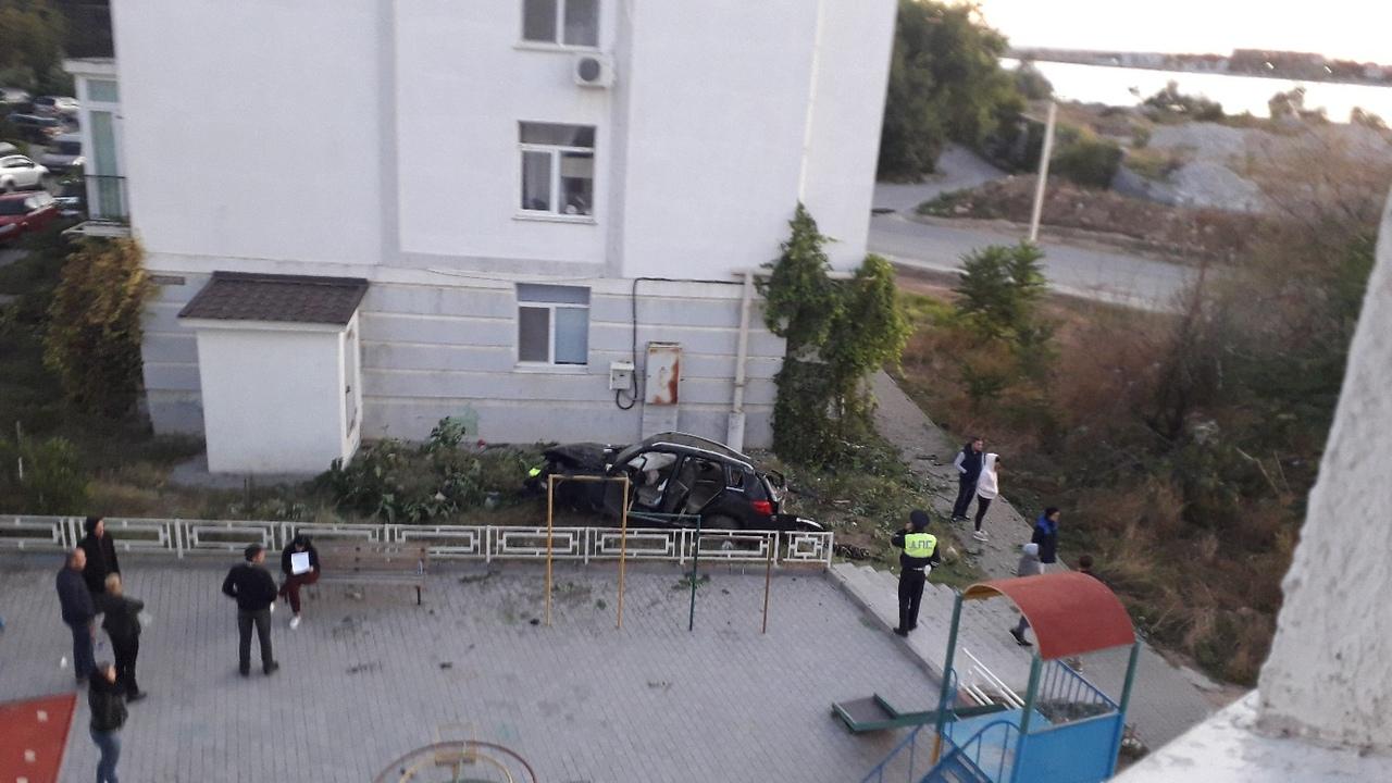В Севастополе Mercedes-Benz «приземлился во дворе» многоквартирного дома