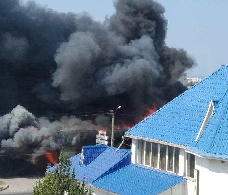 В районе заправки в Севастополе горит здание