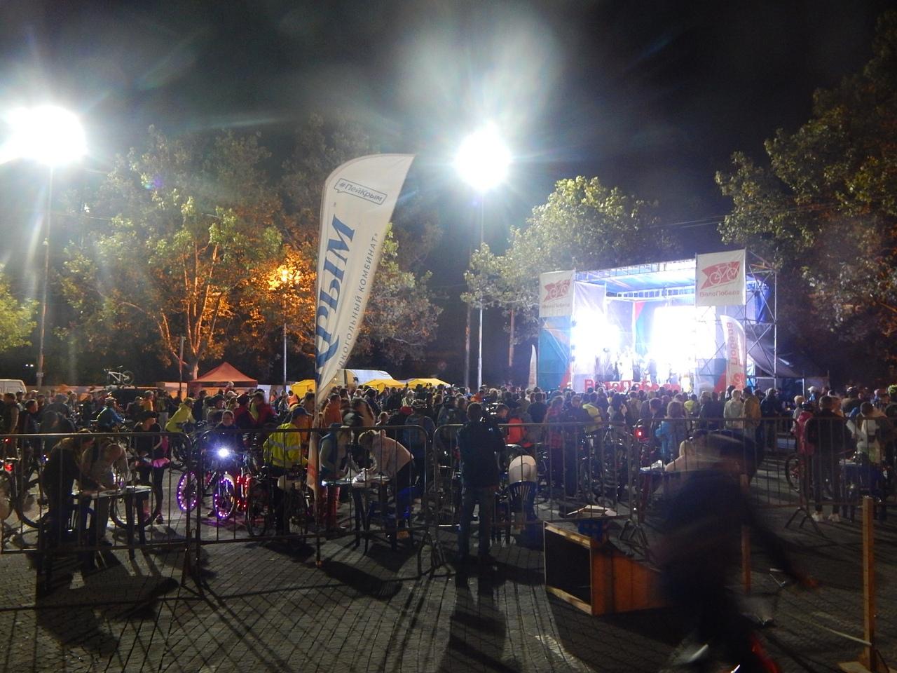 По ночному Севастополю проехались сотни велосипедистов в костюмах