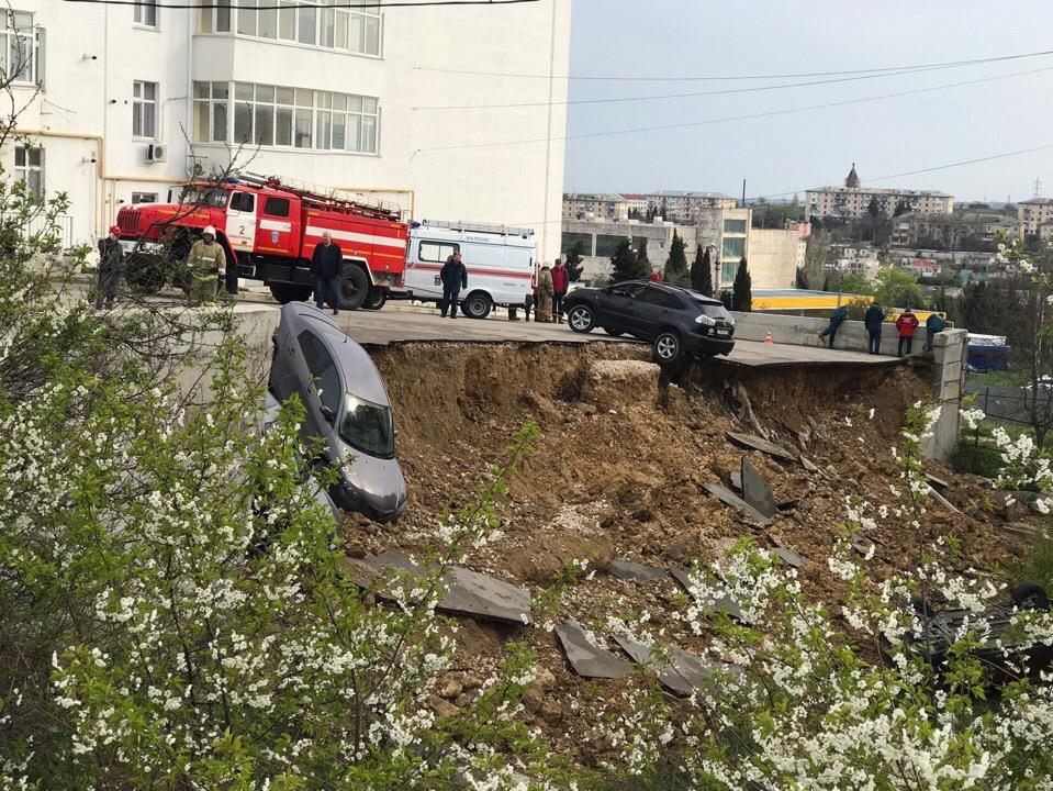 Обвалившуюся парковку возле дома на проспекте Победы восстановят за бюджетные деньги