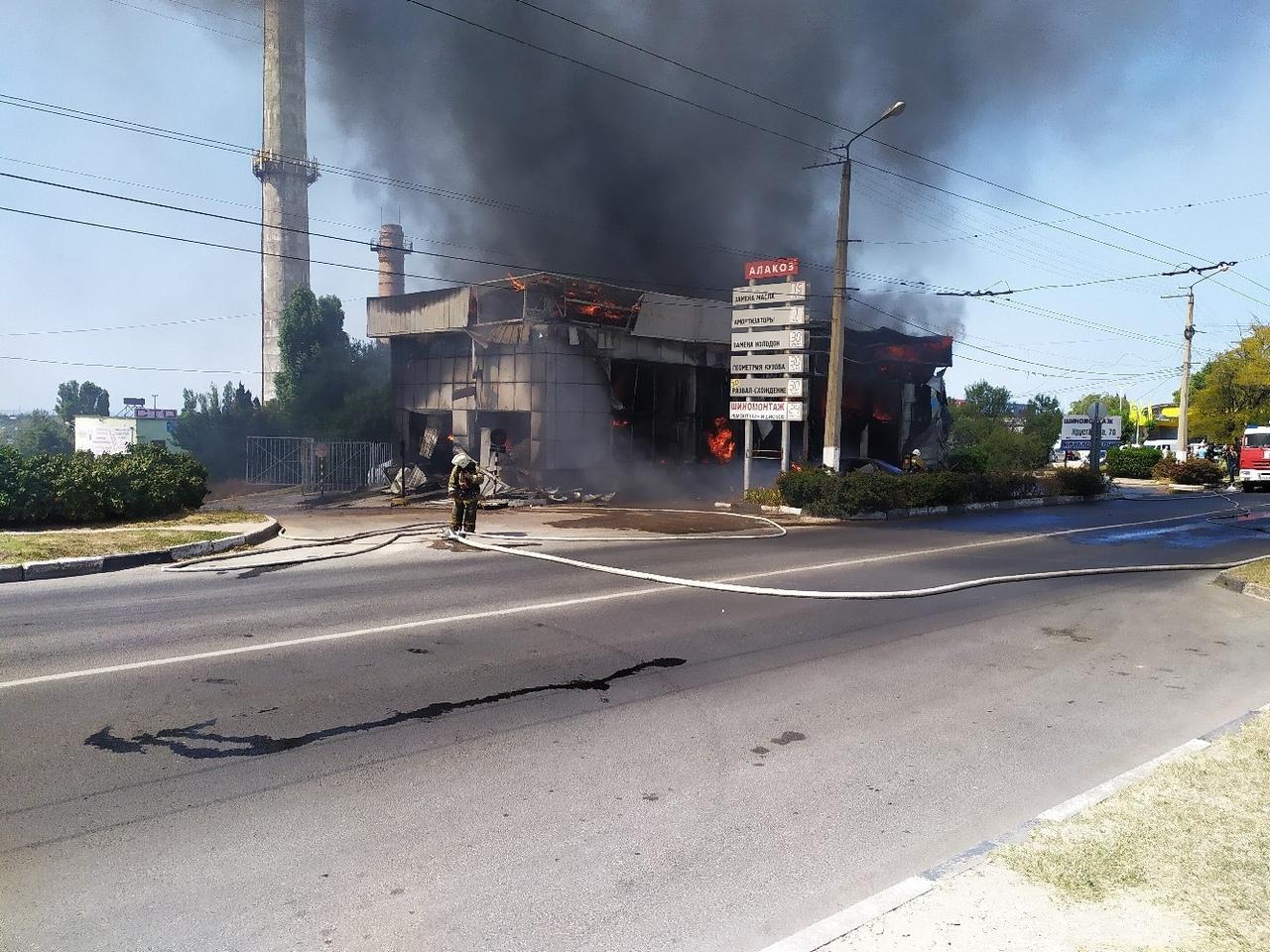 Что осталось от сгоревшего в Севастополе автомагазина