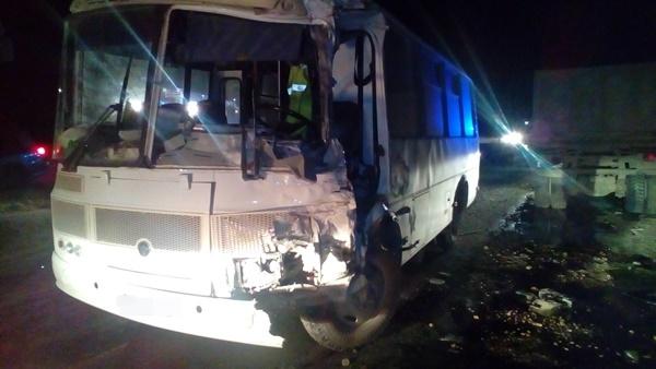 На трассе Симферополь-Севастополь столкнулись автобус и грузовик