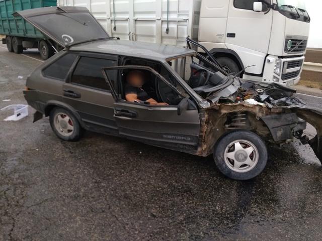 В Крыму на трассе столкнулись ВАЗ и микроавтобус: водитель оказался заблокирован