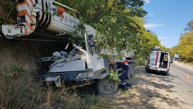 В Крыму автокран на скорости вылетел с дороги – двое пострадали