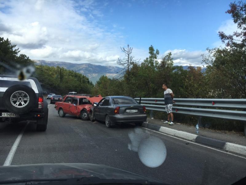 В тройном ДТП на трассе Ялта-Севастополь пострадали четыре человека