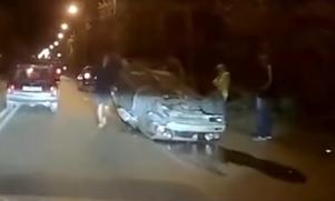 В Симферополе во время ДТП перевернулась легковушка