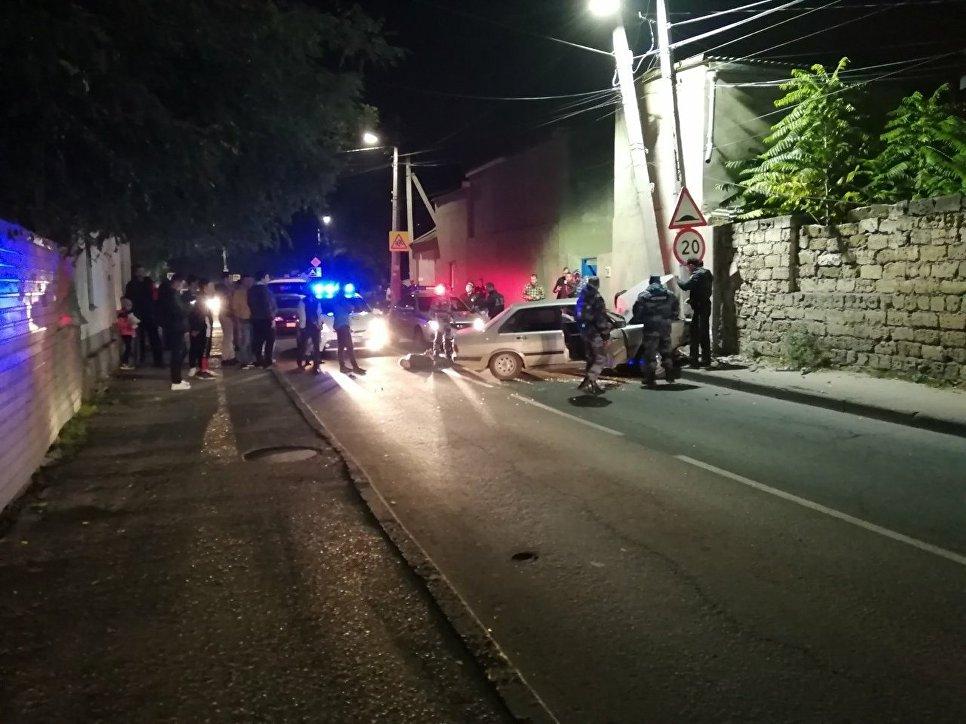 В Евпатории пьяный автоугонщик «прокатил» полицейского на двери машины и врезался в столб
