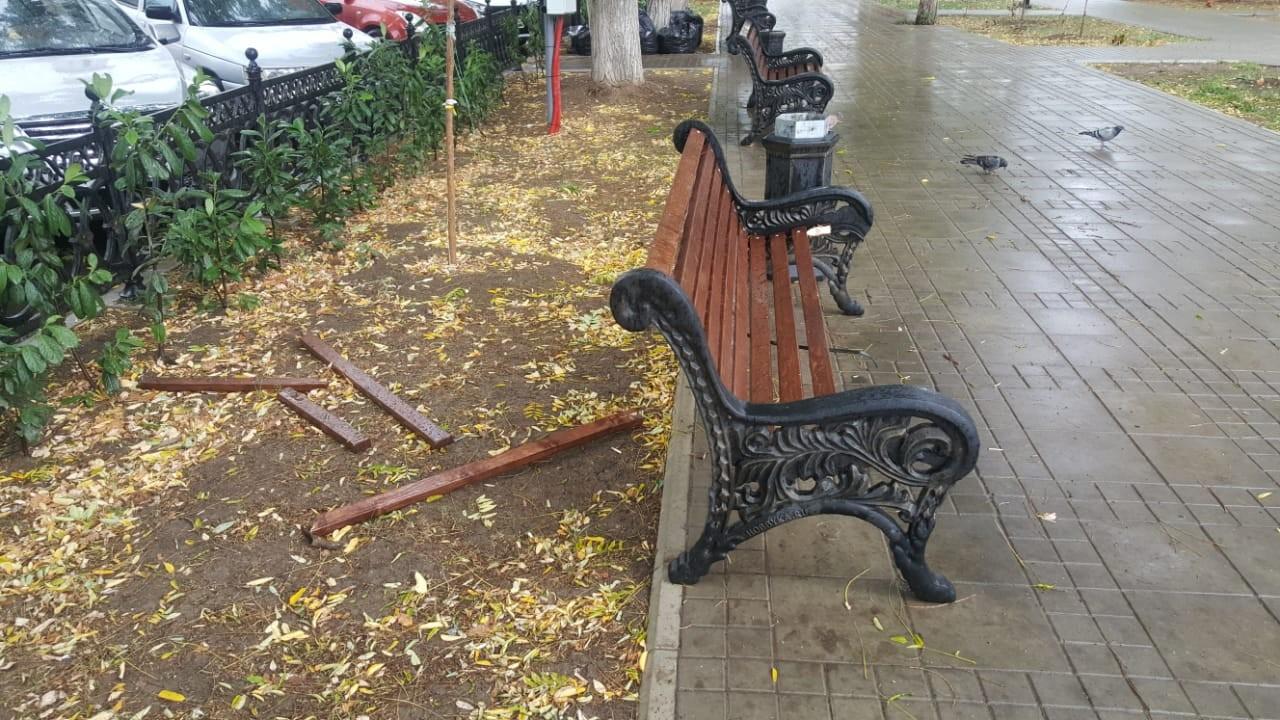 В Севастополе сломали шесть скамеек на площади Захарова
