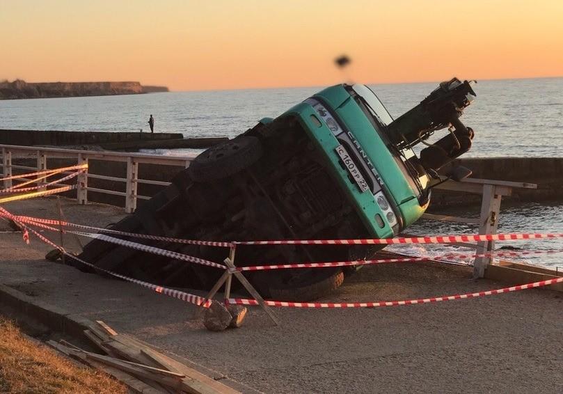 Под Севастополем провалился под землю грузовик