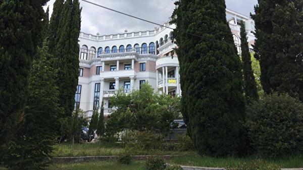 Зеленский не успел положить кафель в своей квартире в Ливадии