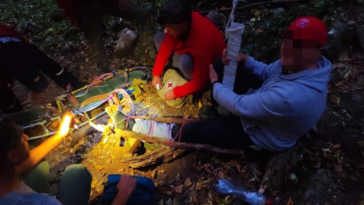 «Тащили мои 104 кг в кромешной темноте»: турист с ребенком сломал ногу в крымском лесу