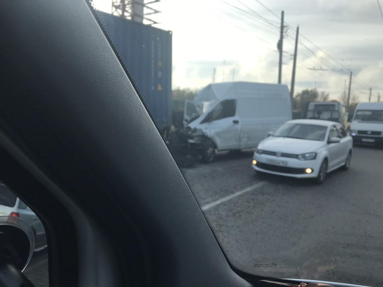 На Ялтинской объездной в Симферополе столкнулись грузовик и микроавтобус
