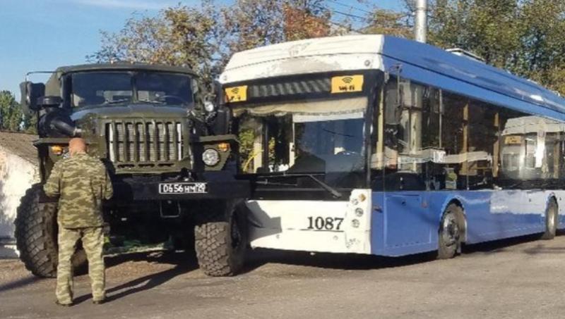 В Севастополе столкнулись военный грузовик и троллейбус