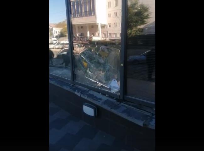 Не вошел в поворот: в Симферополе автомобиль на большой скорости въехал в здание банка