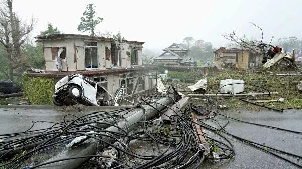 Опрокинутые автомобили и конструкции, погибший человек: последствия разрушительного тайфуна в Японии