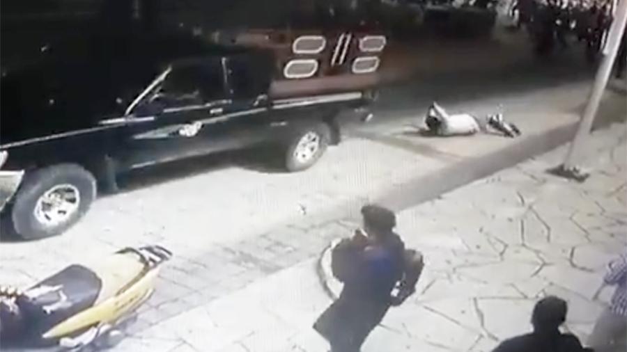 В Мексике недовольные жители привязали мэра к пикапу и протащили по городу
