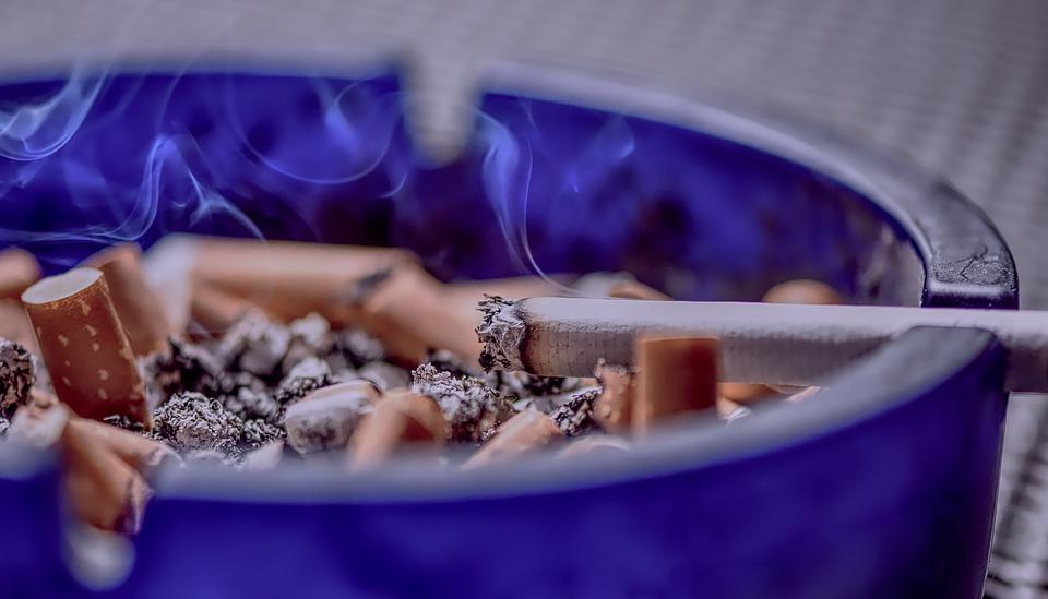 В России выписан первый штраф за курение на балконе