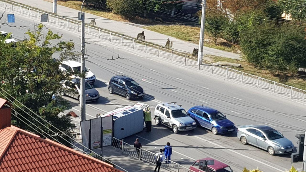 На перекрестке в Симферополе перевернулся автомобиль «скорой»