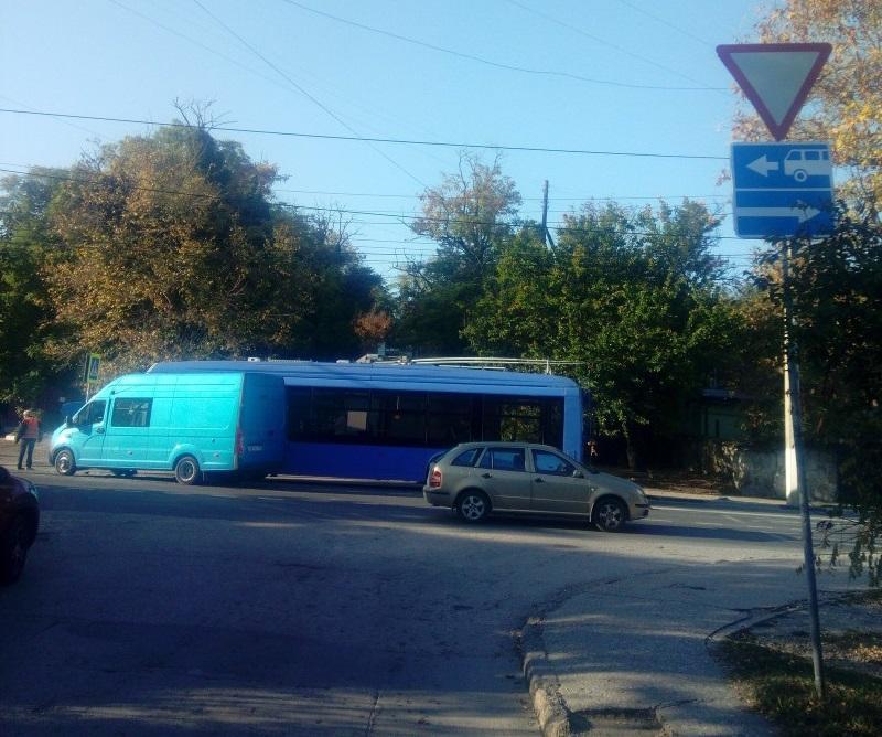 Момент ДТП с троллейбусом в Севастополе попал на видео