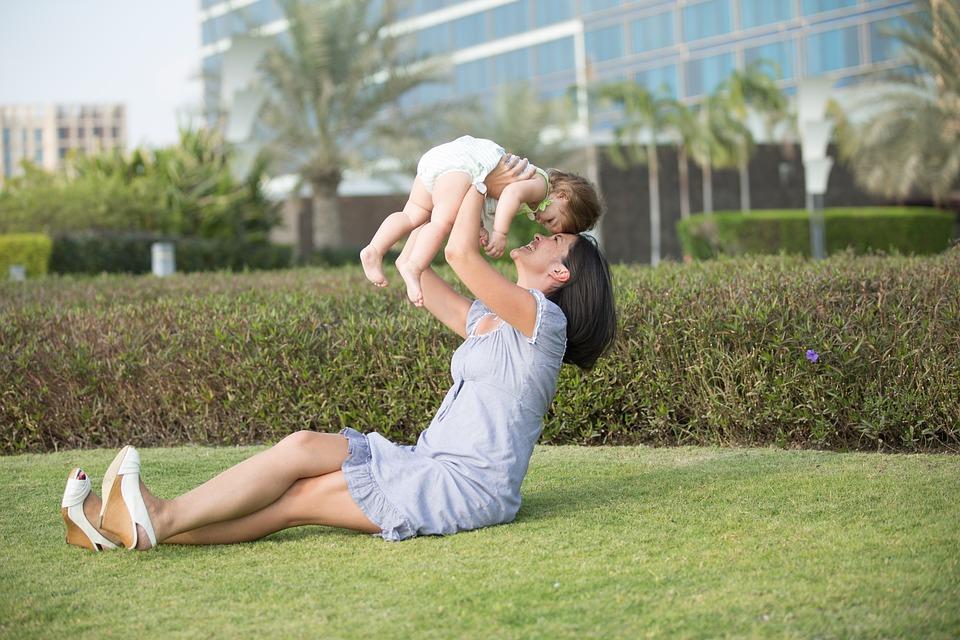 В России предложили лишить пособий подрабатывающих матерей