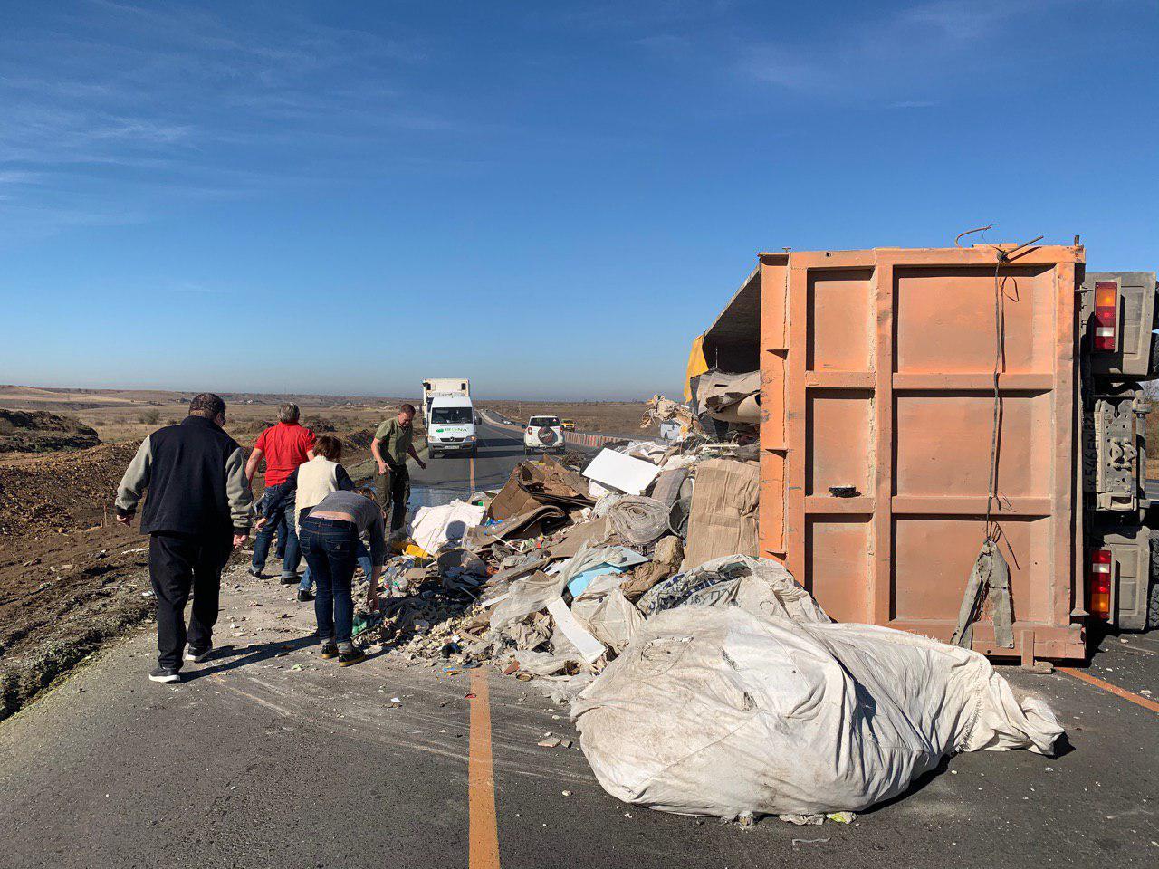 В Крыму на трассе перевернулся мусоровоз и заблокировал движение