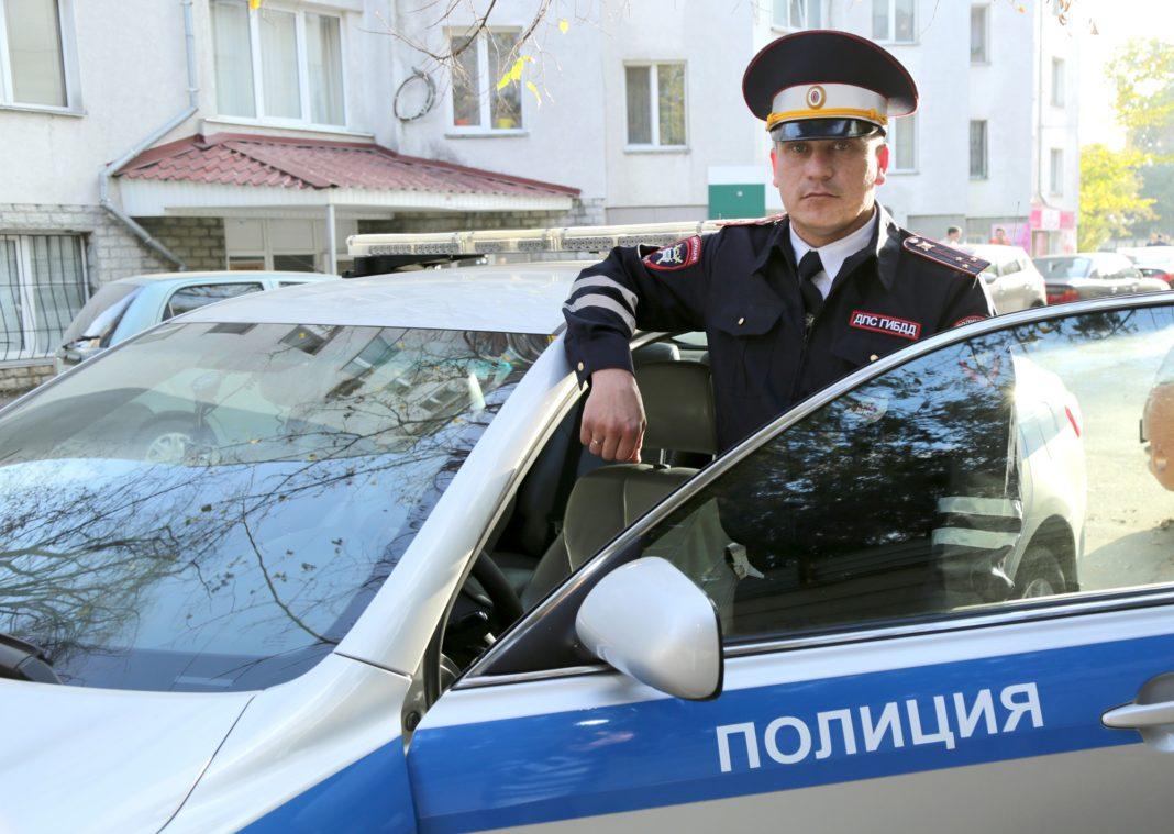Открылось кровотечение: в Крыму полицейский сопроводил автомобиль с тяжелобольной женщиной