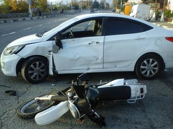 Байкер в больнице: на ЮБК столкнулись легковушка и мотоцикл