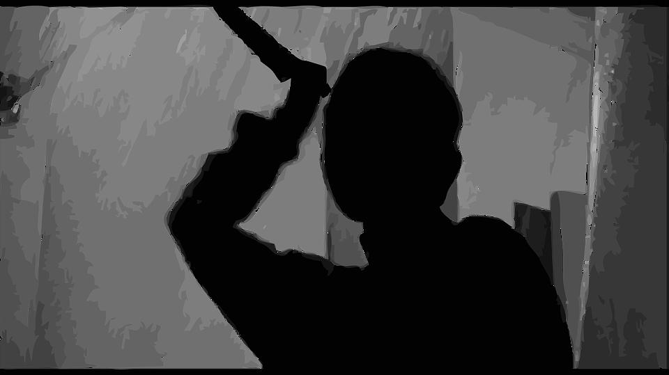 «Облил кипятком, изрезал ножом и ножницами»: ребенок убил мать шампуром на глазах у брата