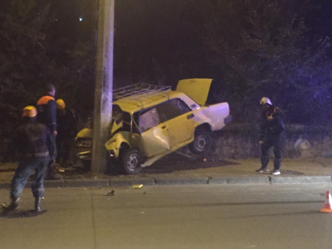 Ночью в Севастополе автомобиль «влетел» в столб. Погиб человек