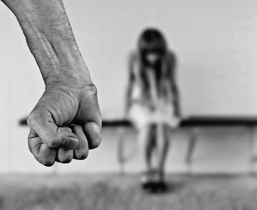 75-летний дедушка два года насиловал живущую с ним внучку
