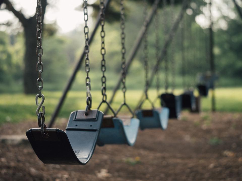 Суд обязал севастопольскую управляющую компанию перенести детскую площадку из опасной зоны