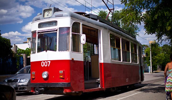 В Евпатории трамвай снес легковой автомобиль