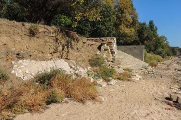 В Керчи обрушилась ведущая к пляжу лестница