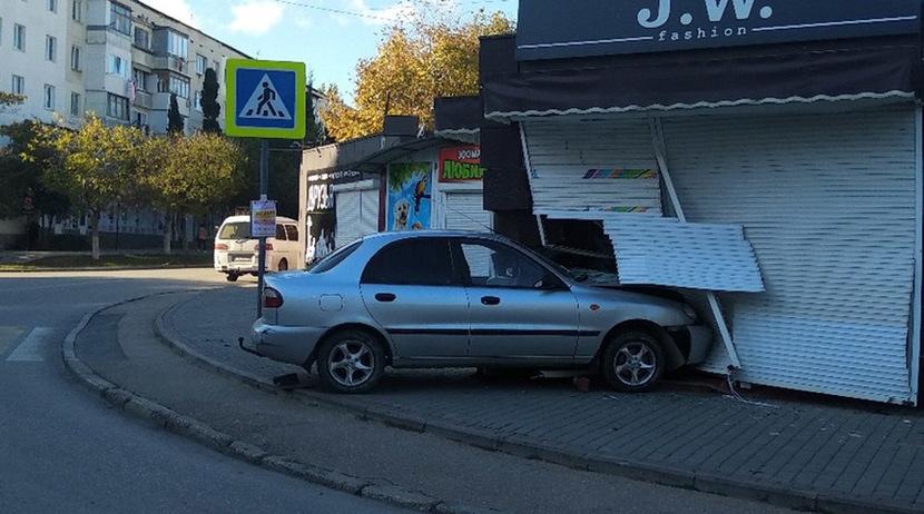 22-летняя девушка протаранила торговый павильон на рынке в Севастополе