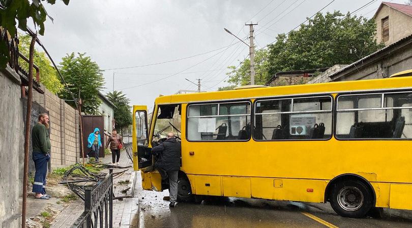 На спуске Котовского столкнулись автобус и легковушка. Движение полностью перекрыто